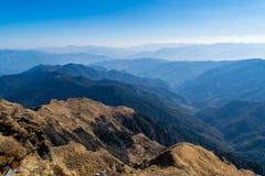 Να γοητεύσει τοπίο του υγρού decidous & κωνοφόρου δάσους του ίχνους ROM Deoria Tal βουνών των Ιμαλαίων σε Uttrakhand Στοκ φωτογραφία με δικαίωμα ελεύθερης χρήσης