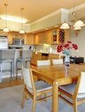 να δειπνήσει διαμερισμάτων πολυτέλεια κουζινών κοντά στο δωμάτιο Στοκ Φωτογραφία
