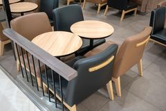 Να δειπνήσει ξύλινος πίνακας με τις μαύρες και καφετιές καρέκλες δέρματος για να δειπνήσει Στοκ Εικόνα