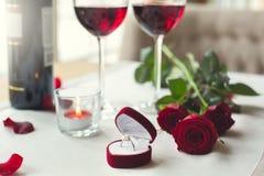 Να δειπνήσει πίνακας απομονωμένα στα εστιατόριο γυαλιά κρασιού κινηματογραφήσεων σε πρώτο πλάνο και το δαχτυλίδι προτάσεων Στοκ εικόνες με δικαίωμα ελεύθερης χρήσης