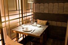 Να δειπνήσει πίνακας και σύγχρονο κινεζικό εστιατόριο ύφους Στοκ Φωτογραφία