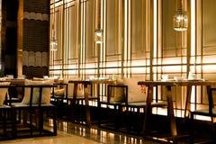 Να δειπνήσει πίνακας και σύγχρονο κινεζικό εστιατόριο ύφους Στοκ Εικόνες
