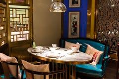 Να δειπνήσει πίνακας και σύγχρονο κινεζικό εστιατόριο ύφους Στοκ φωτογραφία με δικαίωμα ελεύθερης χρήσης