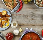 Να δειπνήσει πίνακας με ποικίλα γεύματα και πρόχειρα φαγητά Κεφτή, ψημένες σφήνες πατατών, κρέας, μανιτάρια, κέτσαπ Αγροτικό ύφος Στοκ εικόνες με δικαίωμα ελεύθερης χρήσης