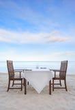 Να δειπνήσει πίνακας στην παραλία Στοκ Εικόνες