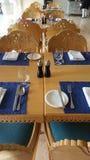 Να δειπνήσει ρύθμιση στους πίνακες στο εστιατόριο Στοκ Εικόνες