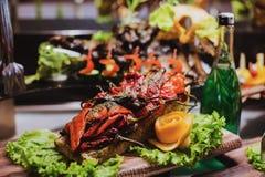Να δειπνήσει τομέα εστιάσεως γευμάτων μπουφέδων κουζίνας μαγειρική έννοια κόμματος εορτασμού τροφίμων Στοκ Εικόνες