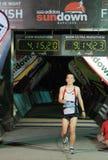 να διασχίσει τη γραμμή τερματισμού marathoner εξαιρετικά Στοκ Εικόνα