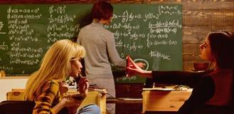 Να διδάξει τις ιδιωτικές κατηγορίες είναι μια από τις καλύτερες επιλογές για το δάσκαλο τώρα Σύγχρονος δάσκαλος hipster που γράφε στοκ εικόνες