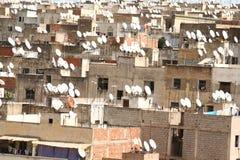 να είστε εγκατεστημένος σπίτι δορυφόρος πιάτων γωνιών στοκ εικόνα με δικαίωμα ελεύθερης χρήσης