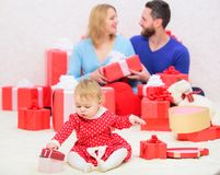 να είστε ευτυχής από κοινού Οικογενειακές αξίες Χαρά και ευτυχία αγάπης Πατρότητα που απονέμεται με την αγάπη τα οικογενειακά δάπ στοκ φωτογραφία με δικαίωμα ελεύθερης χρήσης