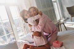 να είστε ευτυχής από κοινού Χαριτωμένο μικρό κορίτσι που αγκαλιάζει τη μητέρα της whil Στοκ εικόνες με δικαίωμα ελεύθερης χρήσης