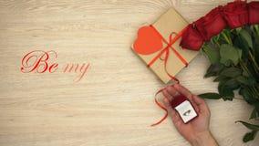 Να είστε η φράση βαλεντίνων και το αρσενικό χέρι μου με το δαχτυλίδι αρραβώνων κοντά στο δώρο και τα λουλούδια διανυσματική απεικόνιση