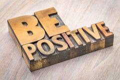 Να είστε θετική περίληψη λέξης στον ξύλινο τύπο Στοκ εικόνες με δικαίωμα ελεύθερης χρήσης