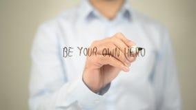Να είστε ο ήρωας σας, άτομο που γράφει στη διαφανή οθόνη στοκ φωτογραφία με δικαίωμα ελεύθερης χρήσης