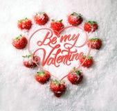 Να είστε ο βαλεντίνος μου, ευχετήρια κάρτα, φράουλες στο χιόνι υπό μορφή καρδιάς διανυσματική απεικόνιση