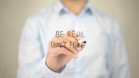 Να είστε πραγματικός δεν επινοεί, άτομο που γράφει στη διαφανή οθόνη στοκ φωτογραφίες με δικαίωμα ελεύθερης χρήσης