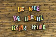 Να είστε συμπαθητικός χρήσιμος φέρνει τους φίλους κρασιού στοκ φωτογραφία με δικαίωμα ελεύθερης χρήσης