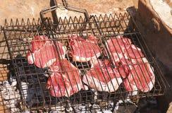 να είστε φρέσκος ψημένος στη σχάρα ακατέργαστος έτοιμος κρέατος Στοκ εικόνα με δικαίωμα ελεύθερης χρήσης