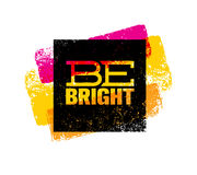 Να είστε φωτεινό δημιουργικό απόσπασμα κινήτρου Φωτεινή έννοια τυπωμένων υλών εμβλημάτων τυπογραφίας βουρτσών διανυσματική Στοκ Εικόνα