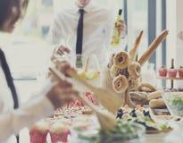 Να δειπνήσει γευμάτων μπουφέδων έννοια κόμματος εορτασμού τροφίμων στοκ εικόνες
