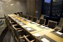 Να δειπνήσει επιχειρησιακής συνεδρίασης πίνακας στο εστιατόριο ξενοδοχείων Στοκ Φωτογραφία