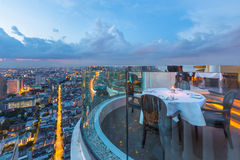 Να δειπνήσει πίνακας με την όμορφη άποψη πόλεων στη σκηνή λυκόφατος στοκ εικόνες