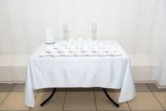 Να δειπνήσει πίνακας που θέτει στο ύφος της Προβηγκίας, με τα κεριά, lavender, τα εκλεκτής ποιότητας πιατικά και τα μαχαιροπήρουν Στοκ Φωτογραφίες