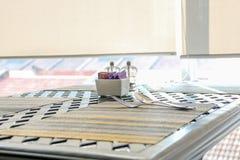 Να δειπνήσει πίνακας που διακοσμείται με να δειπνήσει το δίκρανο και το κουτάλι χαλιών Στοκ φωτογραφία με δικαίωμα ελεύθερης χρήσης
