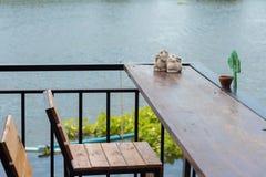 Να δειπνήσει πίνακας στον άνετο υπαίθριο καφέ Στοκ εικόνα με δικαίωμα ελεύθερης χρήσης