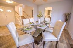 Να δειπνήσει πίνακας στο πρότυπο σπίτι Καλιφόρνιας ακίνητων περιουσιών Στοκ Φωτογραφίες