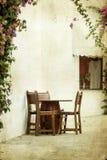 Να δειπνήσει πίνακες και καρέκλες καθορισμένοι Στοκ εικόνα με δικαίωμα ελεύθερης χρήσης