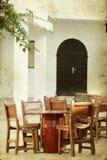 Να δειπνήσει πίνακες και καρέκλες καθορισμένοι Στοκ φωτογραφία με δικαίωμα ελεύθερης χρήσης