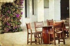 Να δειπνήσει πίνακες και καρέκλες καθορισμένοι Στοκ Εικόνες