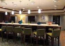Να δειπνήσει πρόσκλησης περιοχή με τα σύγχρονα έπιπλα, ακολουθίες κραταίγου από Wyndham Franklin, μάζα, 2015 στοκ φωτογραφία με δικαίωμα ελεύθερης χρήσης