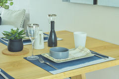 Να δειπνήσει σύνολο με το ύφος αγγειοπλαστικής να δειπνήσει στον πίνακα Στοκ Φωτογραφία