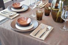 Να δειπνήσει σύνολο στον ξύλινο να δειπνήσει πίνακα Στοκ φωτογραφία με δικαίωμα ελεύθερης χρήσης