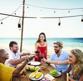 Να δειπνήσει φίλων εύθυμη έννοια κόμματος θερινών παραλιών Στοκ Φωτογραφία