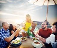 Να δειπνήσει φιλίας φίλων υπαίθρια έννοια παραλιών Στοκ Φωτογραφία