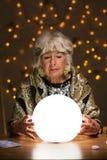 Να δει το μέλλον από τη μαγική σφαίρα Στοκ φωτογραφία με δικαίωμα ελεύθερης χρήσης