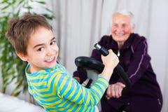 Να εκπαιδεύσει στο σπίτι με τη γιαγιά Στοκ φωτογραφία με δικαίωμα ελεύθερης χρήσης