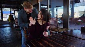 Να εκπλήξει αδελφών αδελφή από την απροσδόκητη εμφάνιση στο μικρό εστιατόριο απόθεμα βίντεο