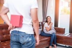 Να εκπλήξει ανδρών γυναίκα στην ειδική ημέρα Έννοια οικογένειας και εραστών Γενέθλια και θέμα βαλεντίνων στοκ φωτογραφίες