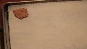 Να εκσκάψει επάνω τρία μπισκότα φιλμ μικρού μήκους