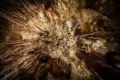 Να εξετάσει άμεσα επάνω το σταλακτίτη στη σπηλιά Στοκ Φωτογραφία