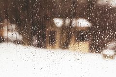 Να εξετάσει έξω το παράθυρο ένα μικρό σπίτι μέσω των πτώσεων βροχής στοκ εικόνες με δικαίωμα ελεύθερης χρήσης