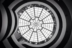 Να εξετάσει επάνω ένα αρχιτεκτονικό σχέδιο των κύκλων και του μολυβδούχου ανώτατου ορίου θόλων γυαλιού στοκ εικόνα