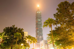 Να εξετάσει επάνω τη Ταϊπέι 101 τη νύχτα στοκ φωτογραφία με δικαίωμα ελεύθερης χρήσης