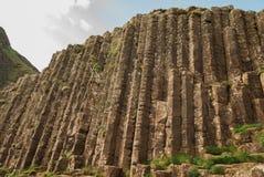 Να εξετάσει επάνω τις εξαγωνικές πέτρες στο γιγαντιαίο υπερυψωμένο μονοπάτι ` s στην Ιρλανδία στοκ εικόνες