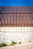 Να εξετάσει επάνω τον τοίχο συνόρων μεταξύ των Ηνωμένων Πολιτειών και του Μεξικού Στοκ εικόνα με δικαίωμα ελεύθερης χρήσης